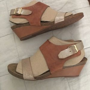 "NWT💜SOFFT-""Vanita""wedge sandal in silver/brown"